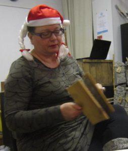 Illan emäntä Heidi Hatakka näytti miten karstataan villaa