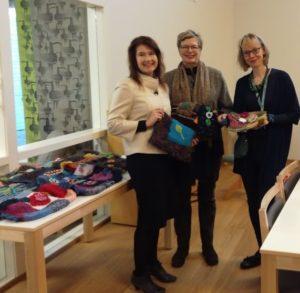 Kansanedustaja Johanna Karimäki ja Espoon Vihreiden Naisten puheenjohtaja luovuttivat palvelutaloon hypistelymuhveja