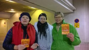 Espoon Nytkis -arktiveisteja. Vasemmalta Rauni Seppola (SDP), Maria Rajakari (KD) ja Teresia Volotinen (Vihr.)