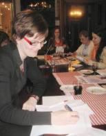 Espoon Vihreiden Naisten puheenjohtaja Marjut Joensuu allekirjoittaa yhdistyksen perustamiskirjaa Villa Elfvikissä 26.6.2008. Kuva: Teresia Volotinen